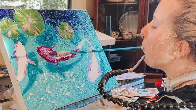 Ostala paralizirana pa naučila kako ustima slikati i svirati