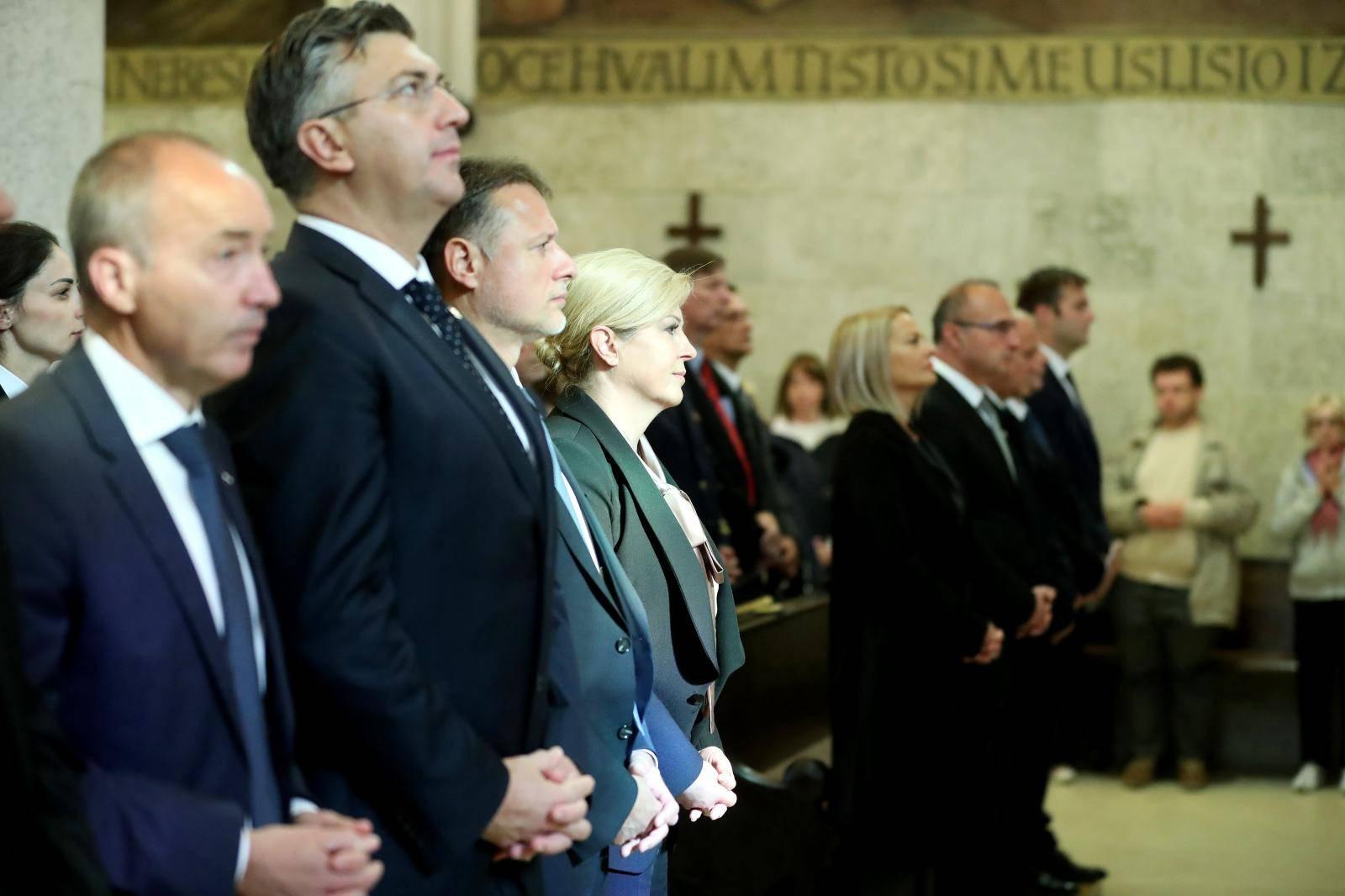 Kolinda pjevala, HNS nije niti došao, premijer na misi šaptao