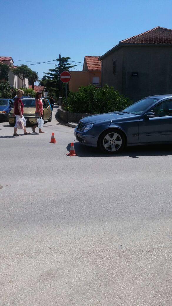 Kaštel Lukšić: Djevojku na pješačkom oborio Mercedes