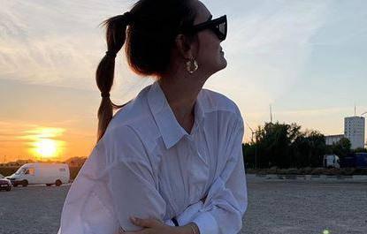 Klasika s volumenom: Veliku bijelu košulju nosi  kao haljinu
