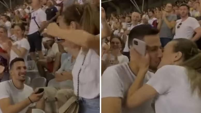 Kleknuo na Poljudu: Zaprosio djevojku usred utakmice 'bilih'