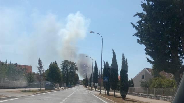 Pomažu dva kanadera: Požar kod Kistanja i dalje je aktivan