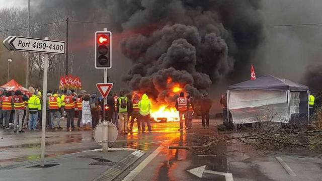 Video: 'Pa gdje je policija?! Sve su nas blokirali u Francuskoj'