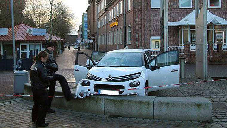 Pijani vozač se zabio u pješake: Šestero ljudi prevezli u bolnice