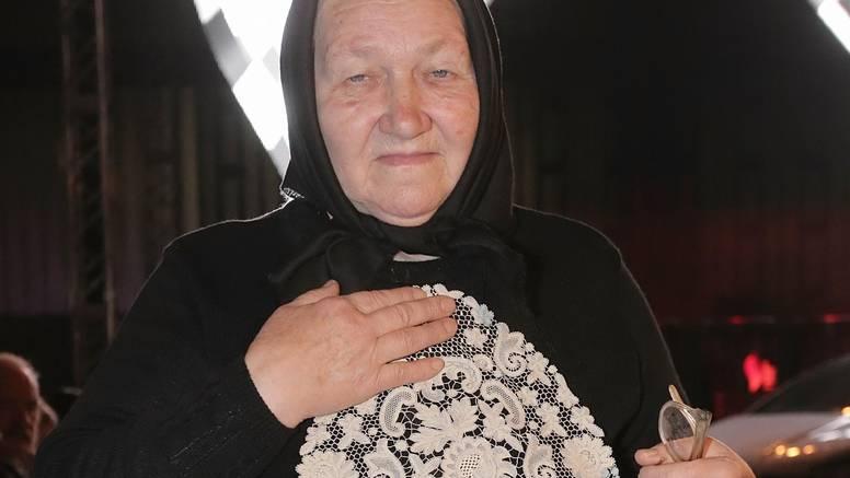Bara (75) je hit revije: 'Sad je moda takva, vide im se dlake'