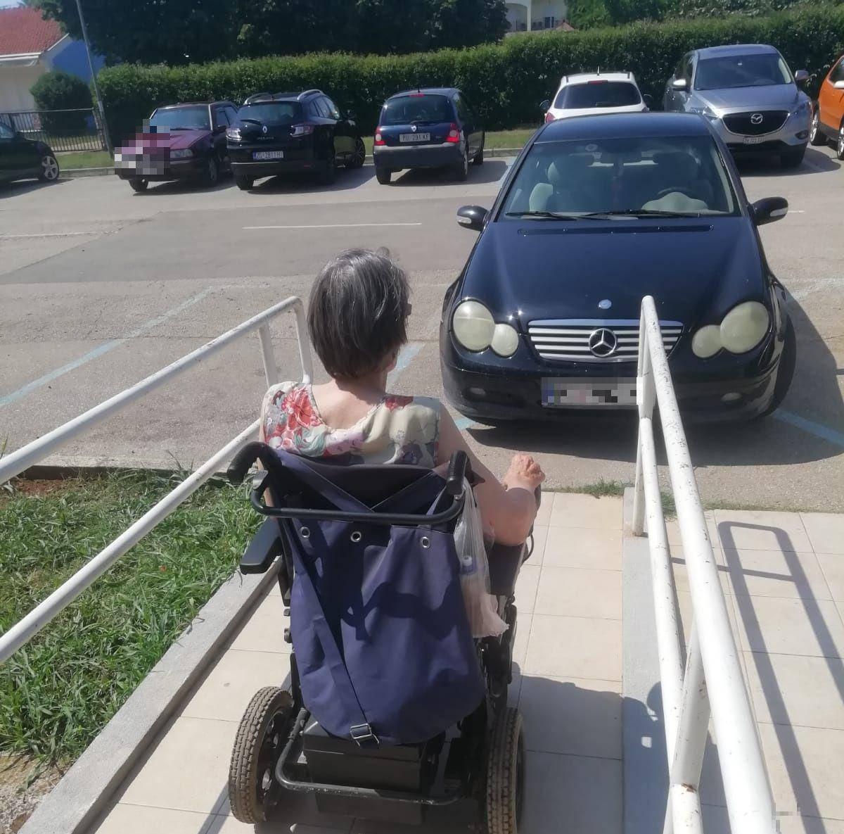Merđom blokirao rampu, žena u kolicima jedva uspjela proći