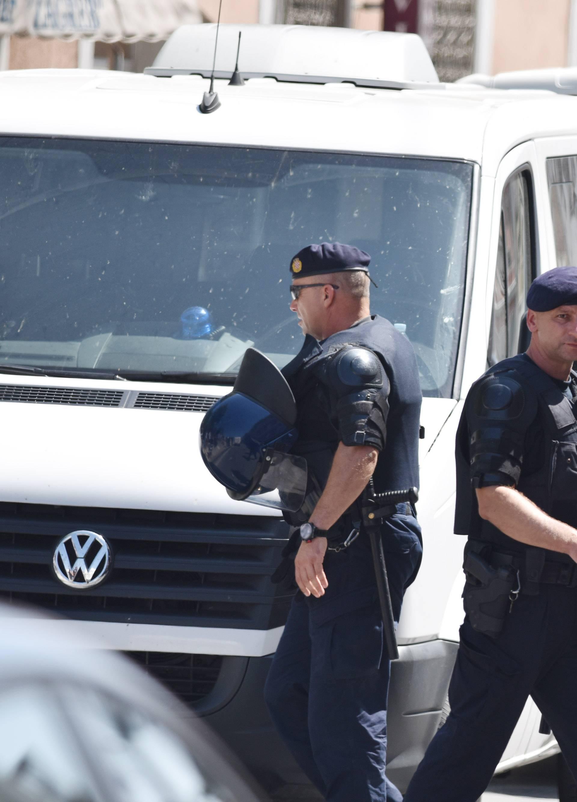 Policija u Kninu privela četvero ljudi zbog ustaškog pozdrava