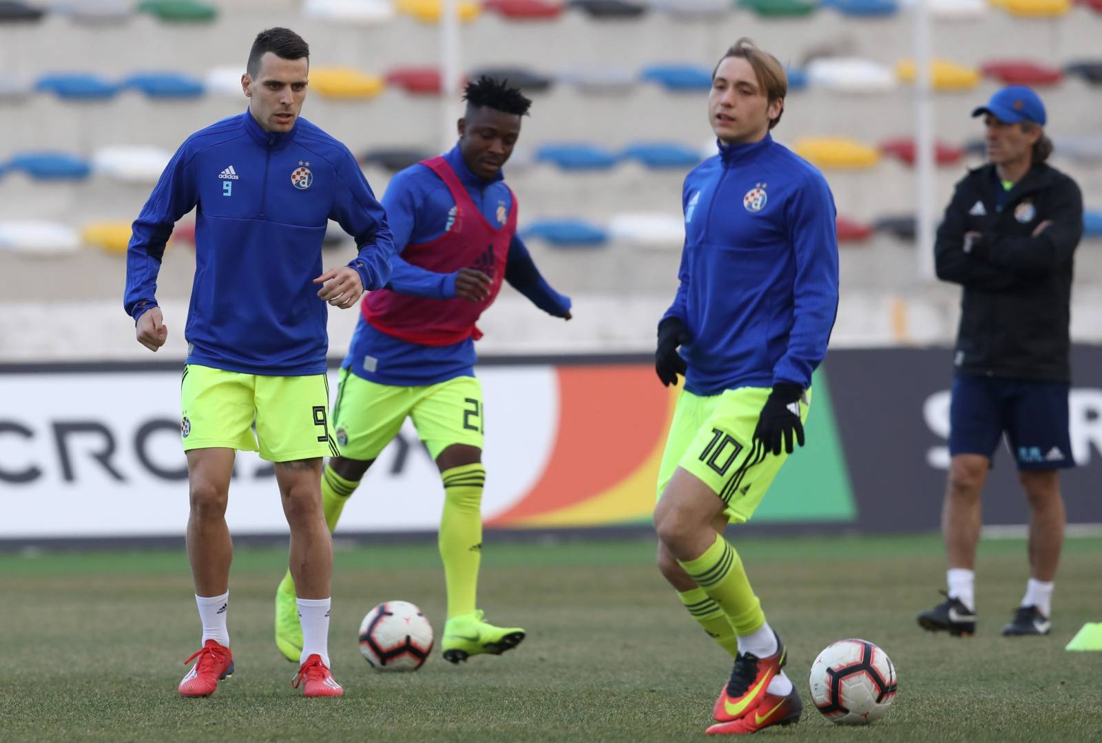 Zagreb: Zagrijavanje igrača GNK Dinamo uoči utakmice s Lokomotivom