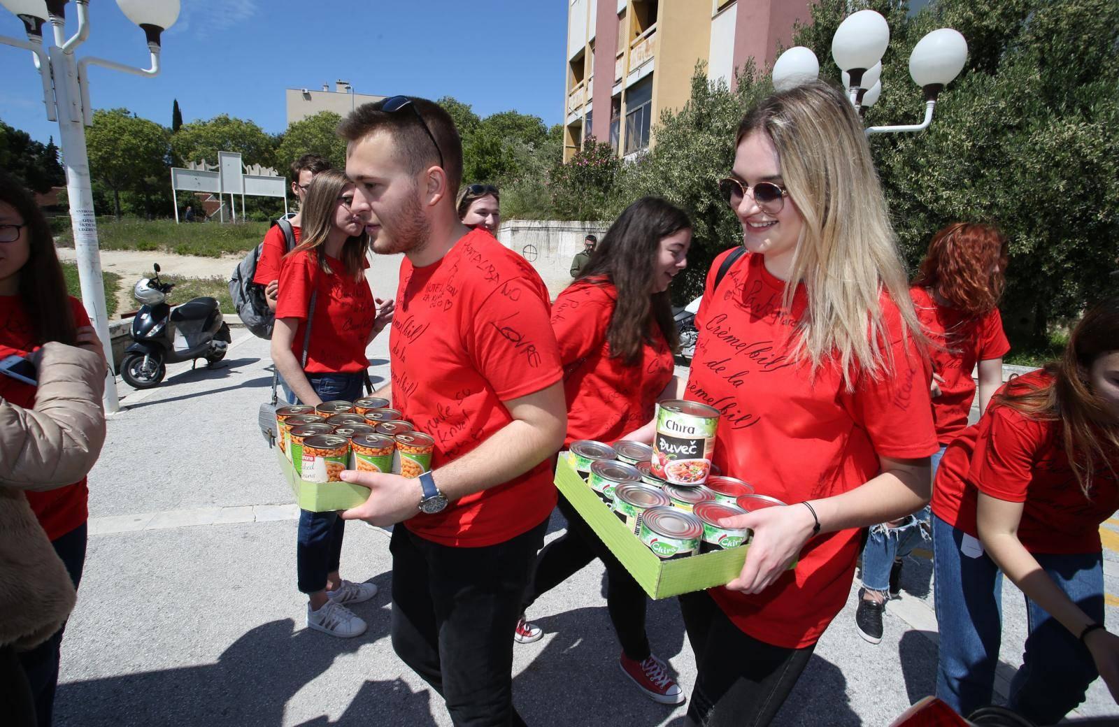 Split: Maturanti 3. gimnazije donirali hranu socijalnoj samoposluzi
