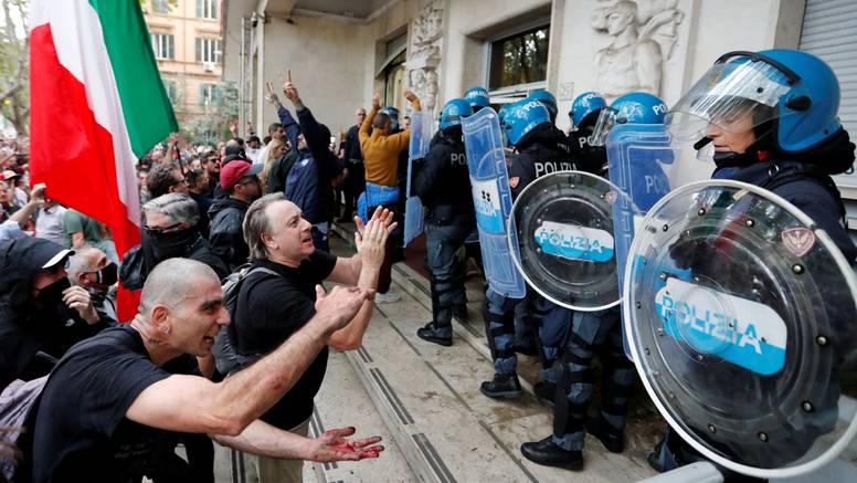 Tisuće ljudi na ulicama Rima i Ženeve prosvjeduje protiv obaveznih covid potvrda