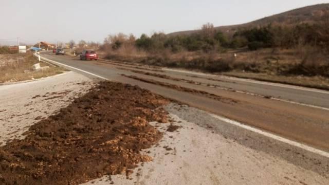 Smrdi, smrdi užasno smrdi: Kod Dugopolja gnojivo je zagadilo aute: 'Ljudi su skoro povraćali'