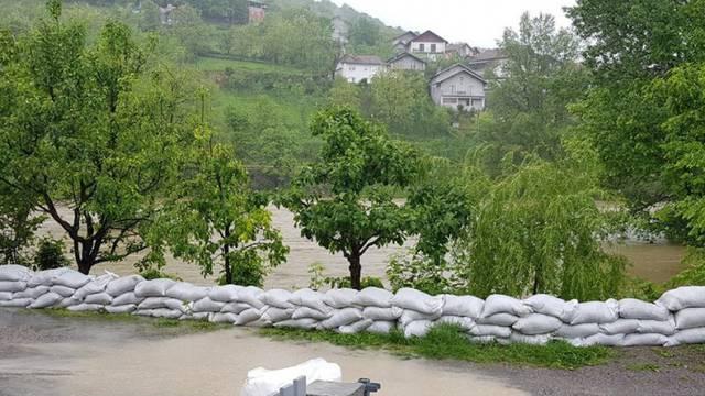 Ne prestaje padati kiša: Rijeka Una se izlila na više lokacija...