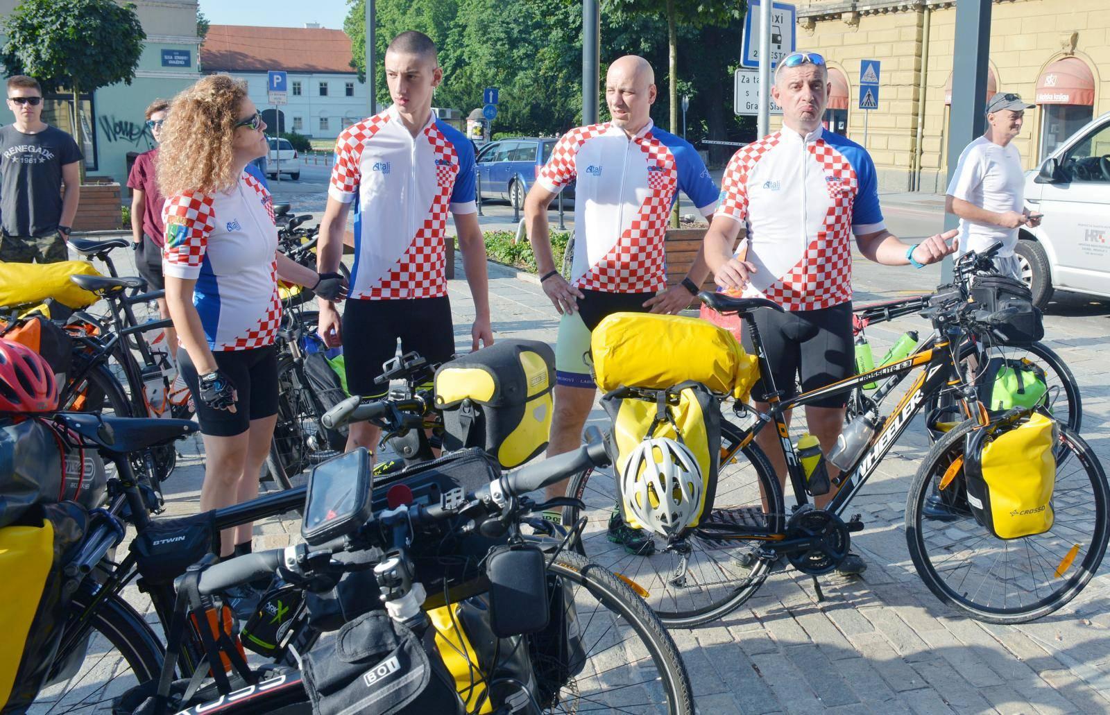 Sisak: Šestero biciklista krenulo u Vatikan na put dugačak 1865 kilometara