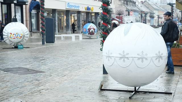 Sisak: U centru grada postavljene kuglice koje su izradila djeca i vrtića