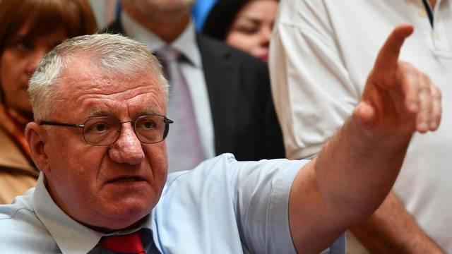 Šešelj zapalio zastave NATO-a i EU: 'To su neprijatelji Srbije!'