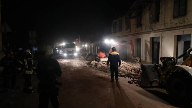 Čišćenje ruševina u Petrinji nakon što je pala noć