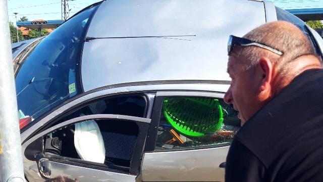 Prolaznici okretali zgnječeni auto kako bi izvukli vozača van