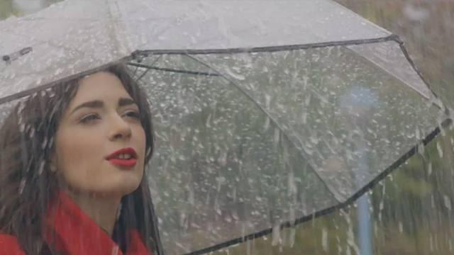 Mia Dimšić pokisla snimajući svoj  novi video uradak, 'Kiša'