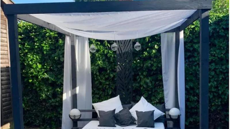 Sad svi uživaju: Krevet za vrt s baldahinom napravila od paleta