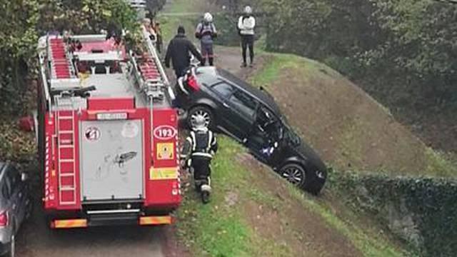 Uh, ovo je bilo blizu: Vozačica u Gračanina skoro upala u potok