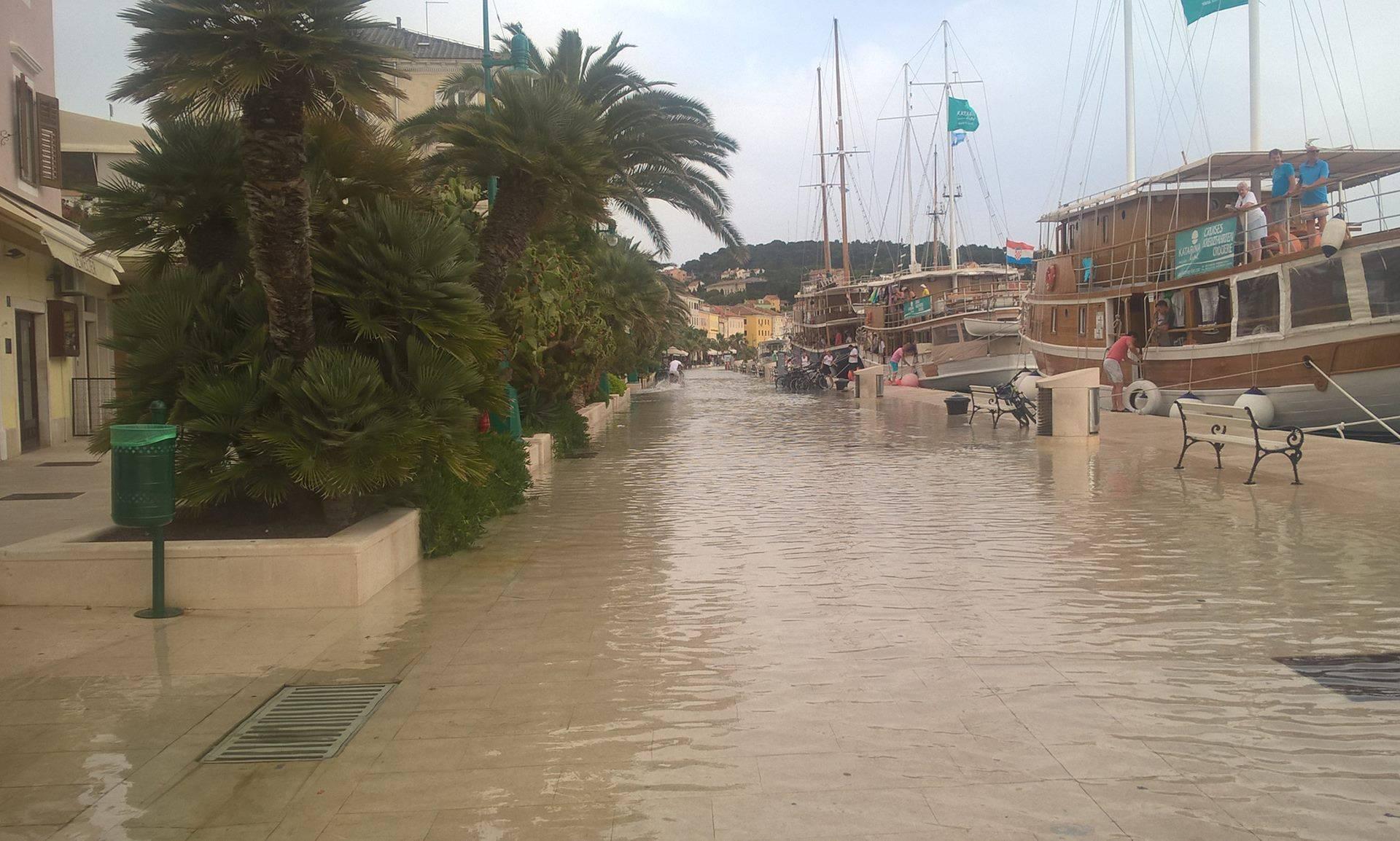 Plimni val poplavio Mali Lošinj: 'Plivala' riva, kafići, trgovine...