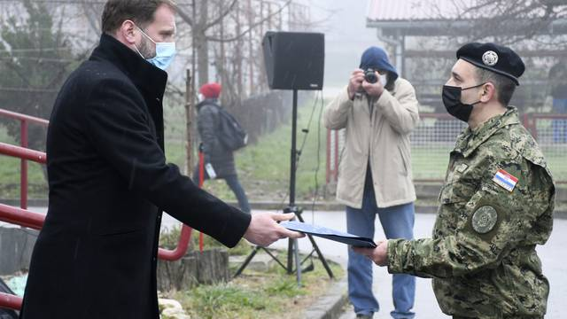 Petrinja: Banožić uručio ugovore o najmu stanova pripadnicima HV-a