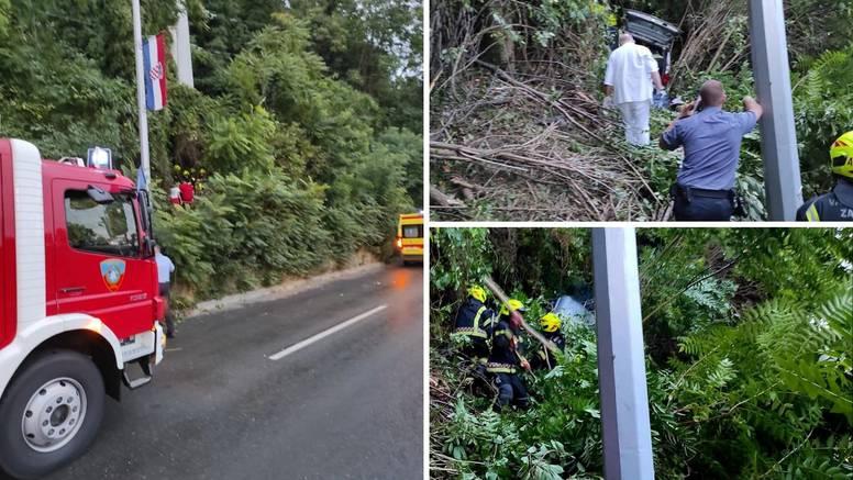 Kako je ovo uspio?! Auto uletio u šumu, izvlačili ga vatrogasci, a vozač je prošao bez ozlijede!