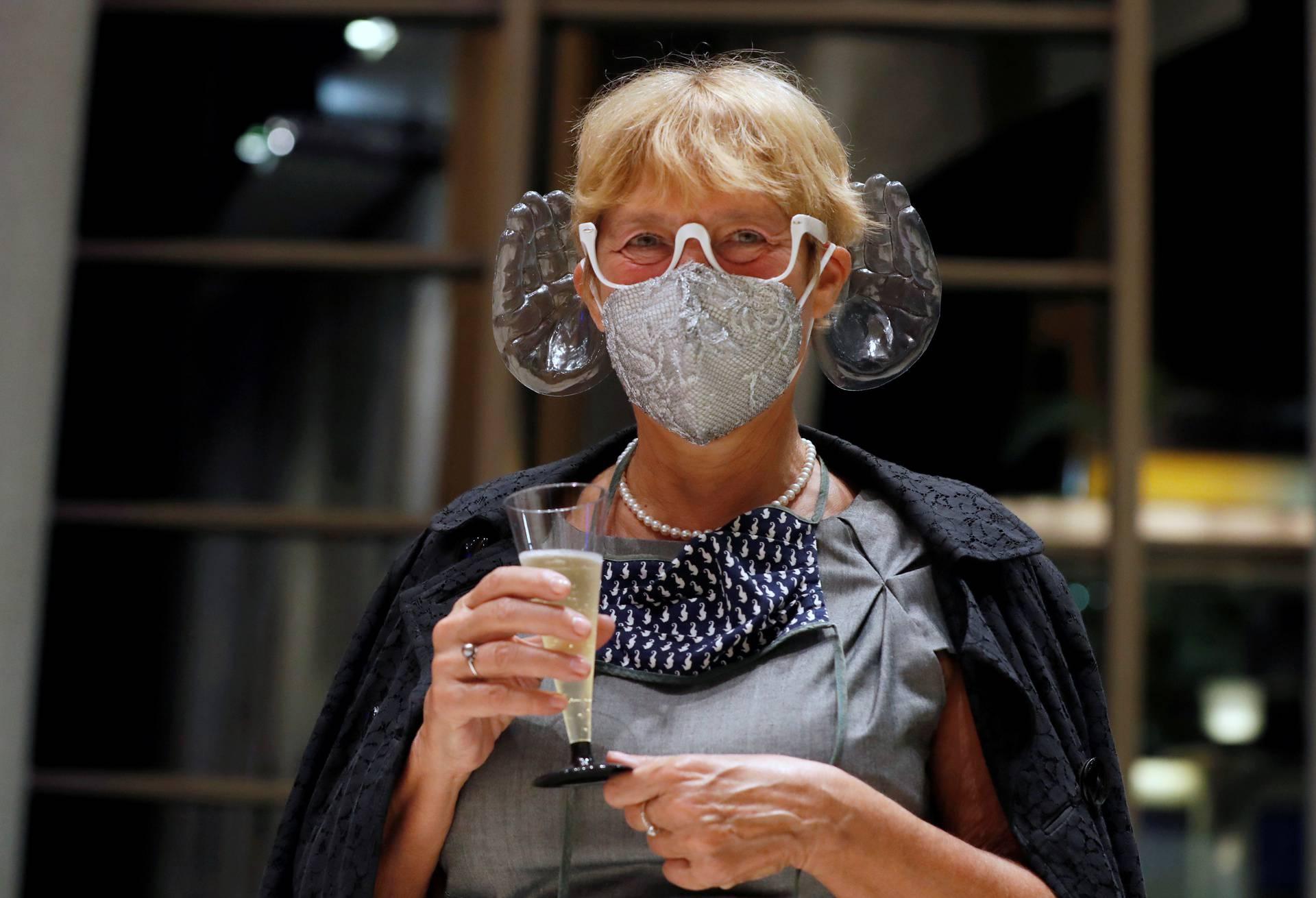 Dirigent izumio dodatke za uši na maskama za bolju akustiku