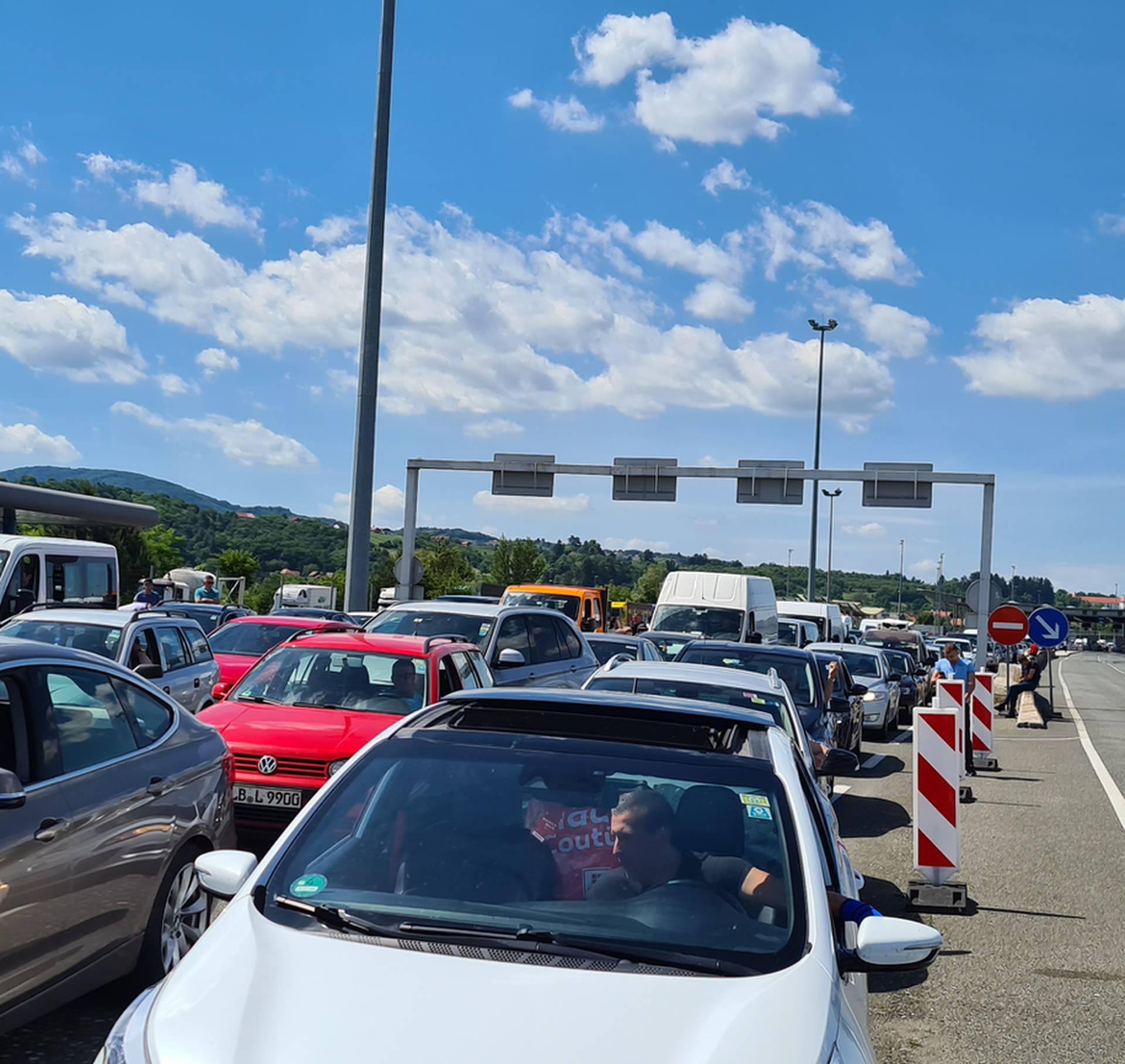 Svi idu u Hrvatsku: 'Mi čekamo četiri sata i tek smo na sredini'