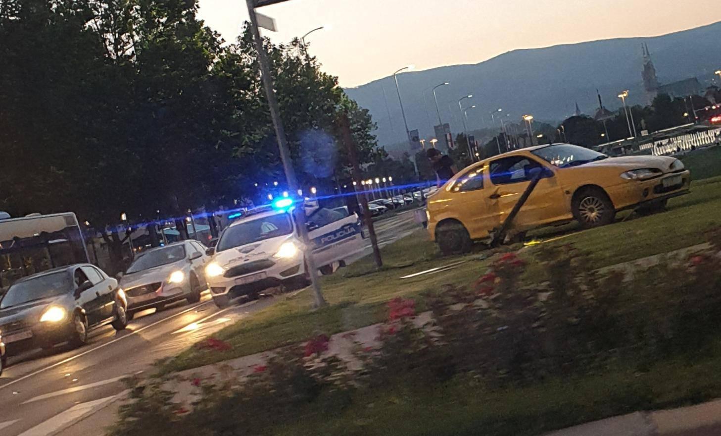 Prometna nesreća u Zagrebu: Skretao pa se zaletio u stup