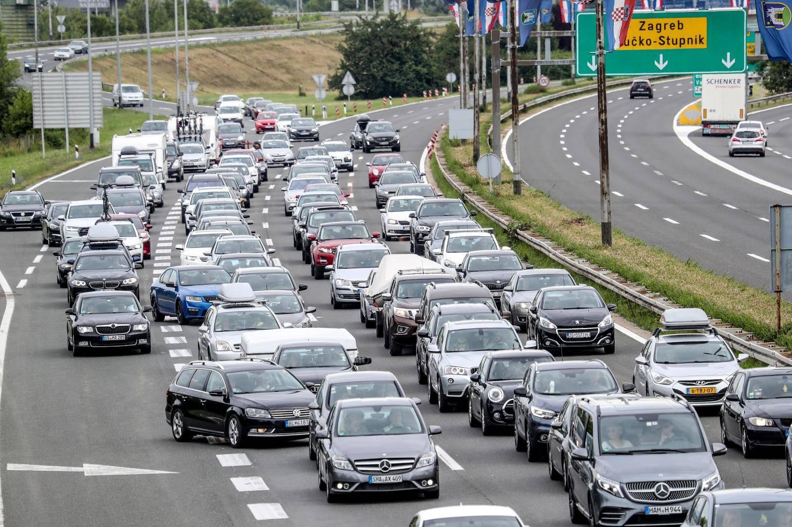 Zagreb: Kolona automobila na naplatnim kucicama u Luckom u smjeru mor