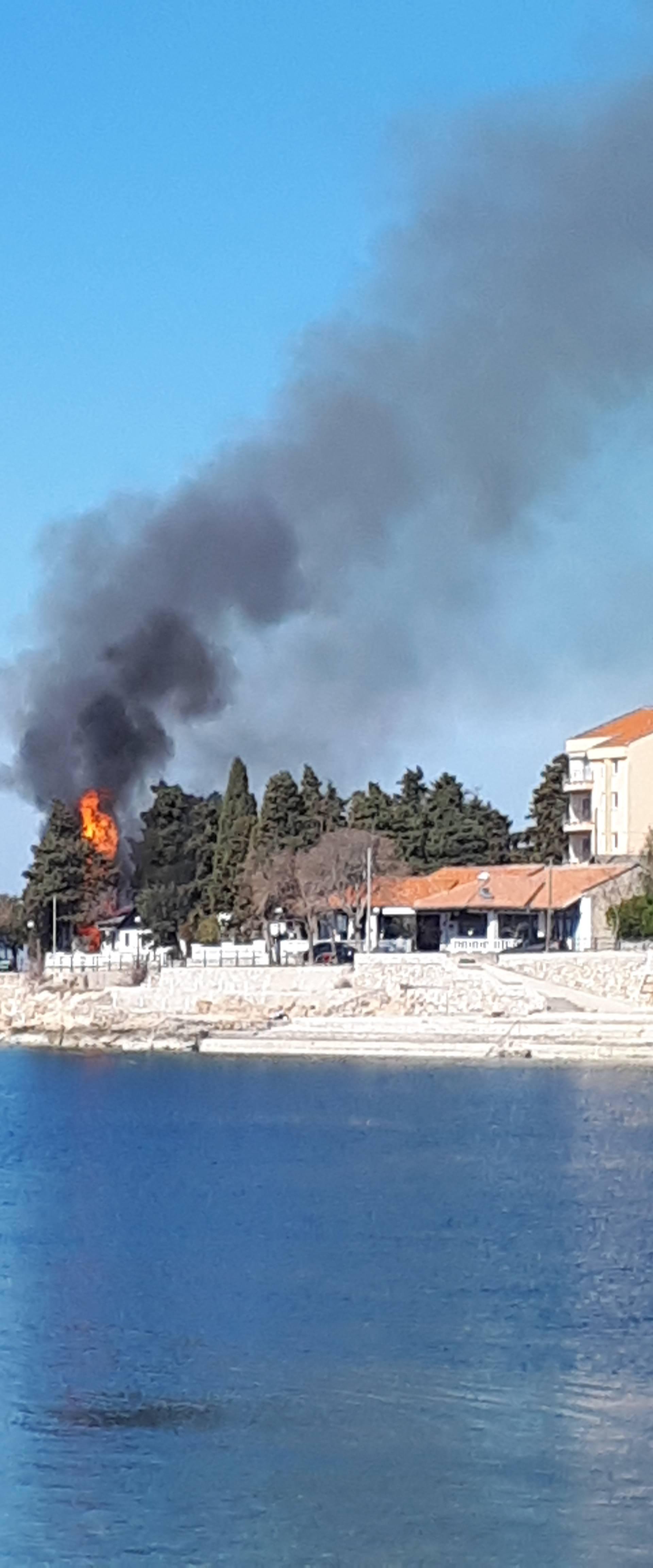 Požar u Selcu: Tijekom radova zapalilo se nekoliko bungalova